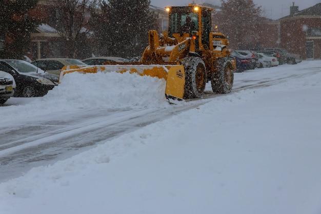Máquina de remoção de neve limpa a rua do parque da cidade da neve