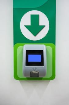 Máquina de scanner de preço de código de barras instalada na parede para autoatendimento da loja.