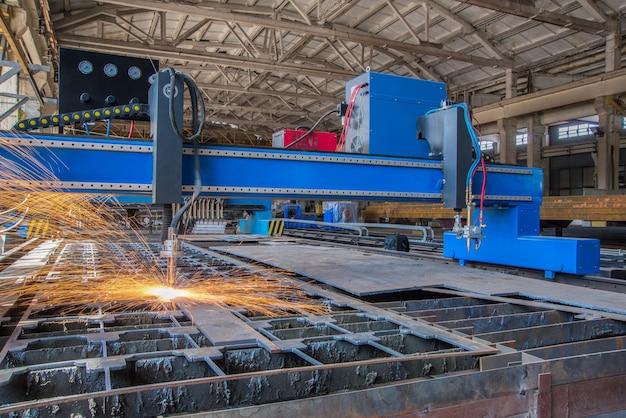 Máquina de solda a gás semiautomática e corte a laser no processo. sistema de corte de tubo