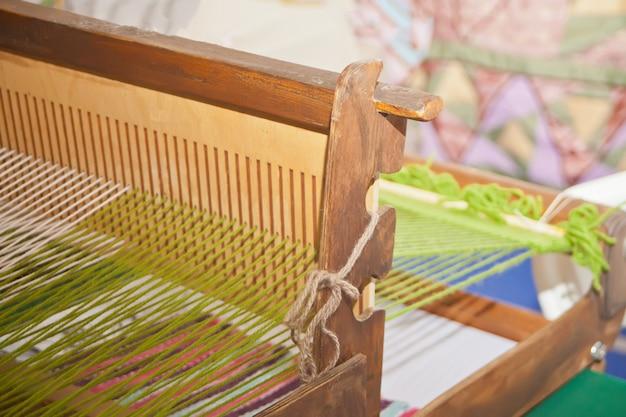 Máquina de tecer um aparelho para fabricar tecidos, tecendo fios ou fios.
