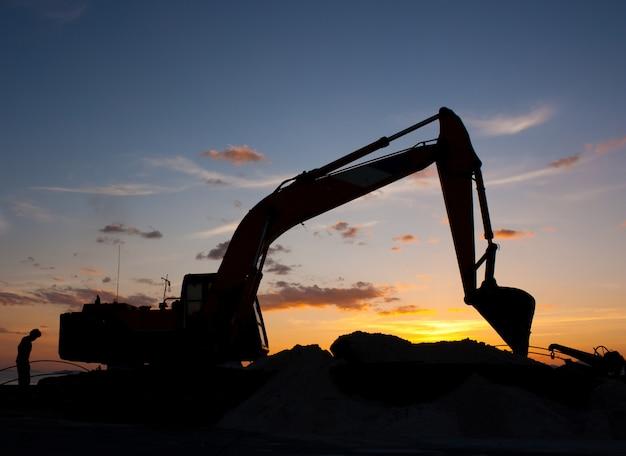 Máquina escavadora fazendo terraplenagem