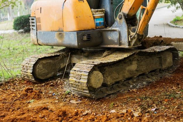 Máquina escavadora no trabalho de terraplenagem de escavação na pedreira de areia