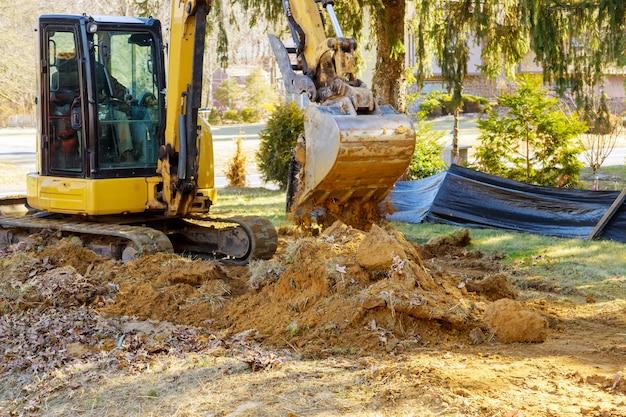 Máquina escavadora que descarrega o solo terra em movimento