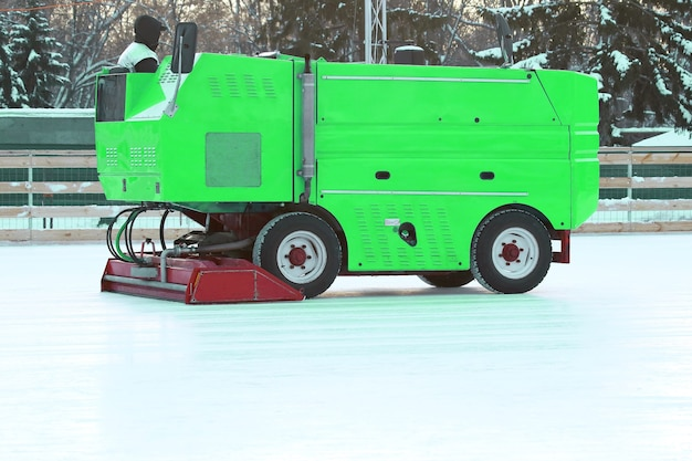 Máquina especial para limpar o gelo do rinque de patinação. maquinário para a indústria industrial