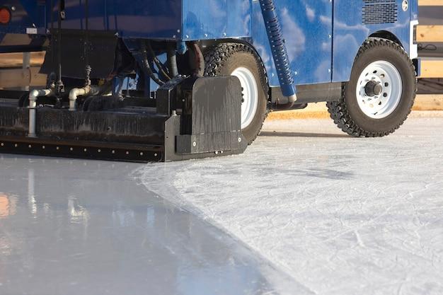 Máquina especial para limpar o gelo em uma pista de gelo. indústria de transporte. serviço de pista de patinação no gelo de rua
