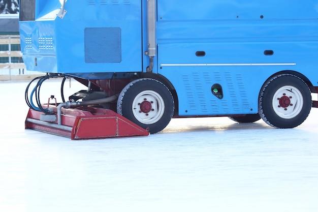 Máquina especial para limpar o gelo na pista de patinação