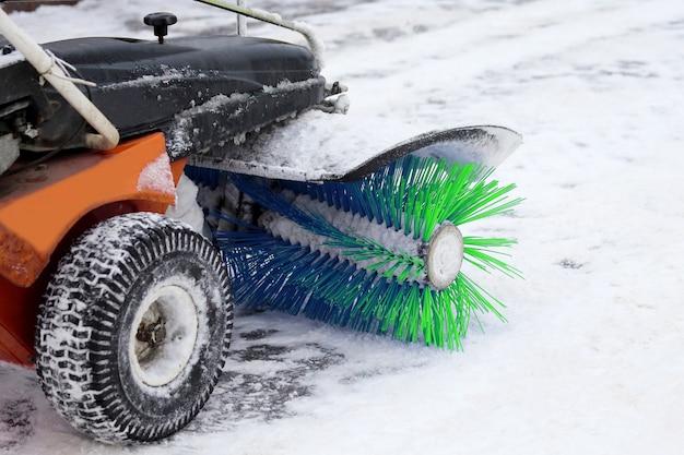 Máquina especial para remoção de neve limpa a estrada. limpeza e limpeza das ruas
