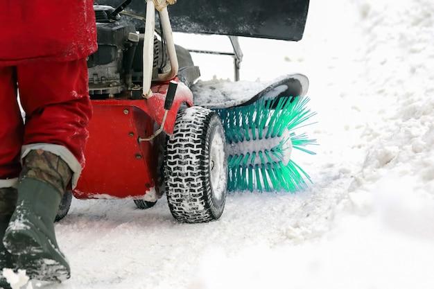 Máquina especial para remoção de neve limpa a estrada. transporte de inverno
