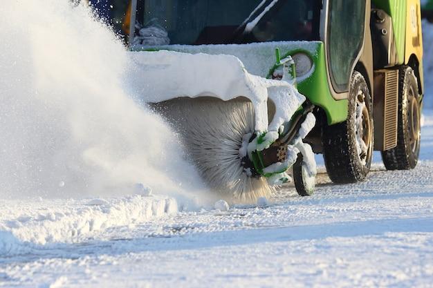 Máquina especial para remoção de neve limpa a estrada