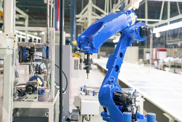 Máquina-ferramenta de mão robótica na fábrica de manufatura industrial