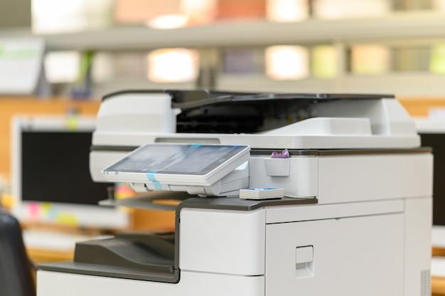 Máquina fotocopiadora na sala do escritório