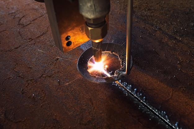 Máquina industrial cnc de corte a laser plasma de ferro e aço em oficina de metalurgia