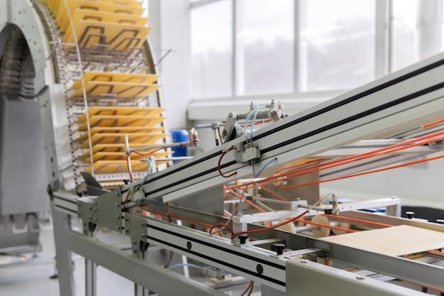 Máquina industrial de wafer desfocada em movimento