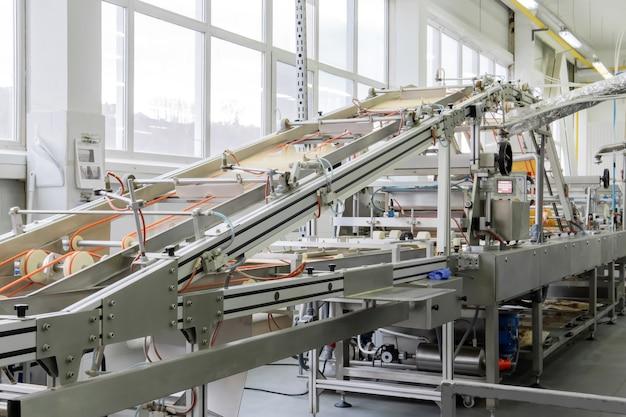 Máquina industrial de waffle desfocada em movimento