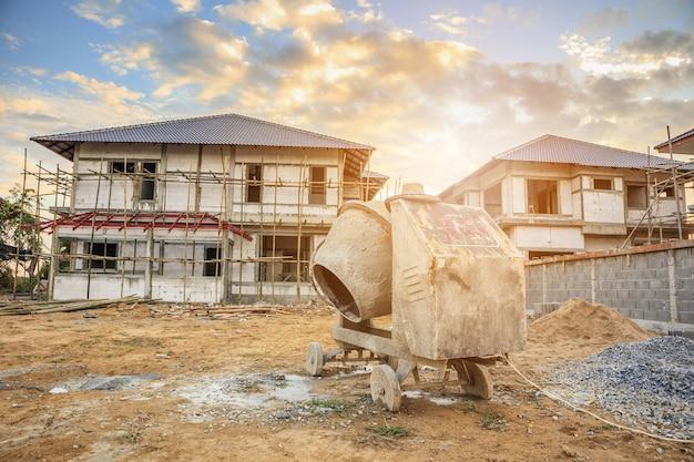 Máquina misturadora de concreto de cimento no canteiro de obras de uma casa nova