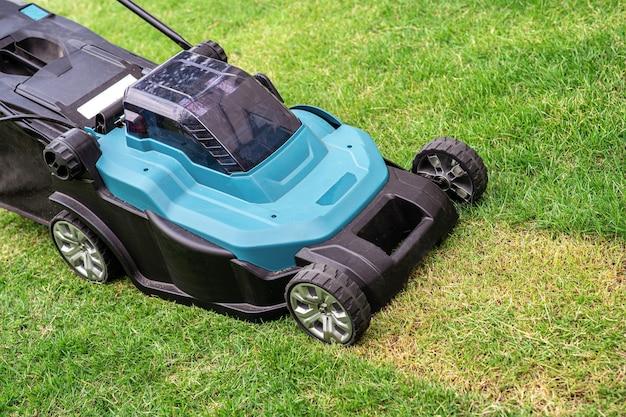 Máquina movedora de gramado corta grama verde, hobby plantando jardim doméstico.