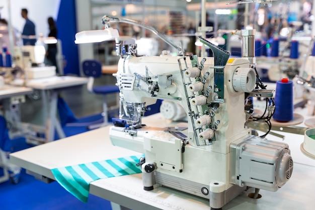 Máquina overloque, ninguém, costurar roupas em tecido. produção fabril, fabricação de tecidos, tecnologia de costura