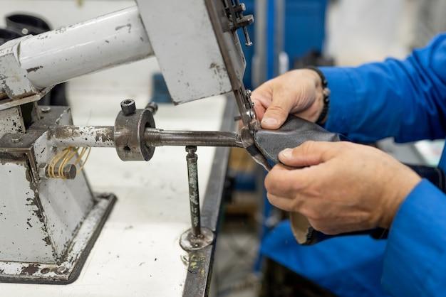Máquina para aparar o forro adesivo em excesso. produção de calçados. para qualquer propósito.