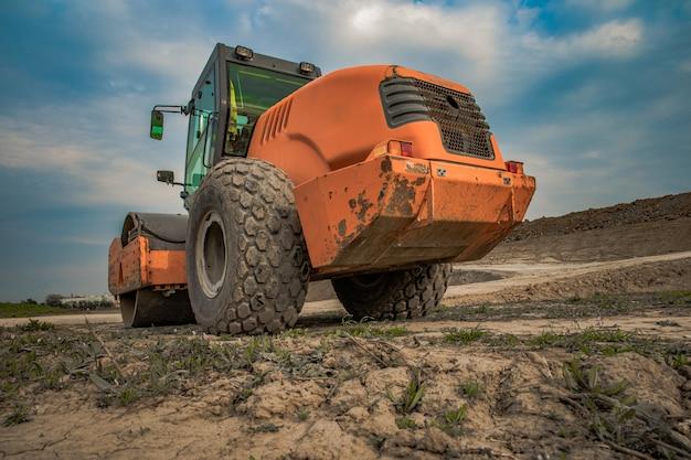 Máquina para consolidação do solo em terrenos ao trabalhar no verão