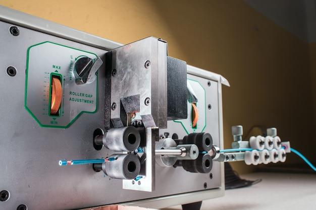 Máquina para cortar o fio com alimentação automática