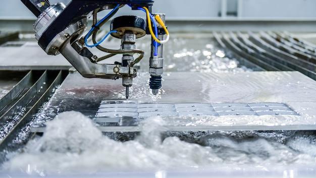 Máquina para corte de chapa de aço por jato de água cnc. metalurgia industrial
