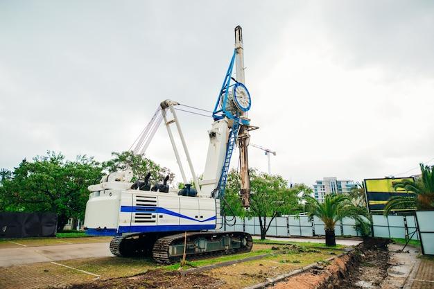 Máquina para empilhar máquinas de construção no local