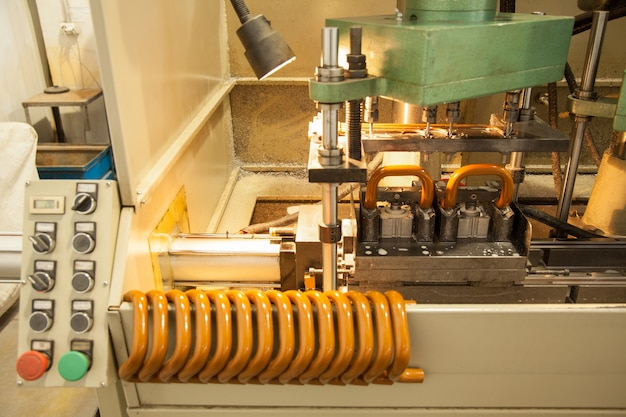 Máquina para fabricação de puxadores de portas e janelas