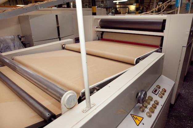 Máquina para fazer biscoitos em fábrica. correia transportadora com massa de biscoito