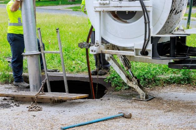 Máquina para limpar poços de esgoto em uma rua da cidade.