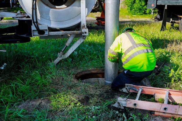 Máquina para limpeza de drenos e esgotos bloqueados com foco seletivo na rua da cidade.