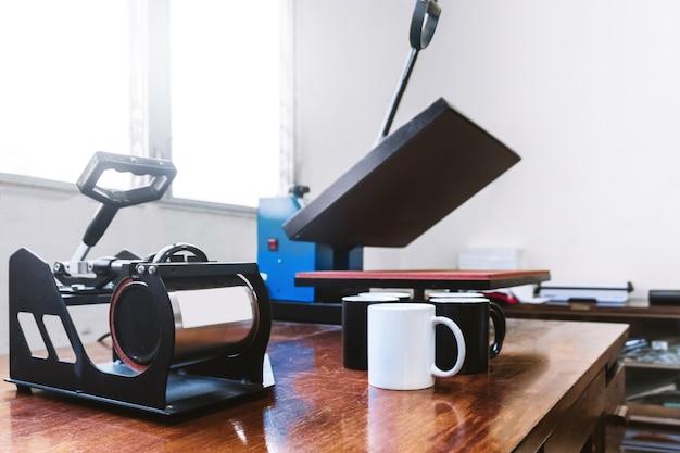 Máquina para projetos de sublimação de canecas e camisetas. publicidade e conceito de design gráfico.