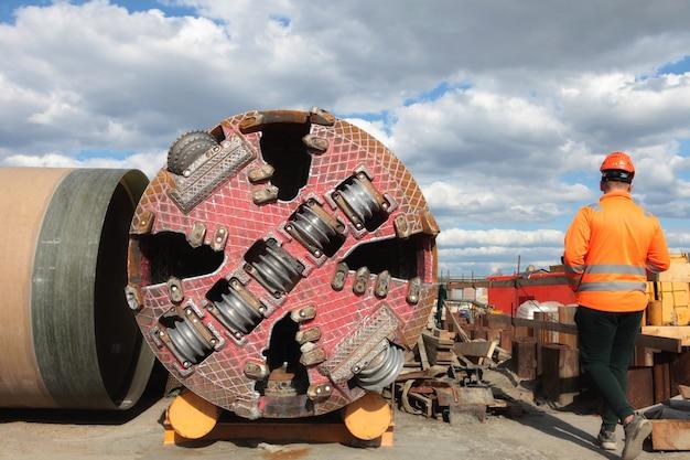 Máquina pesada no canteiro de obras com perfuradora de túnel de trabalhadores no canteiro de obras do metrô