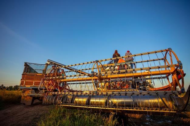 Maquinaria agrícola nos campos de arroz ao pôr do sol