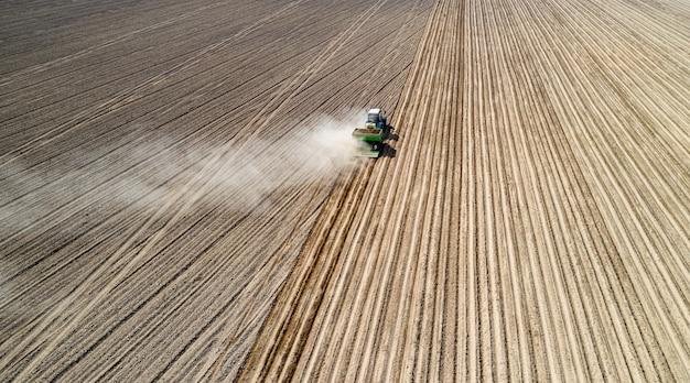 Maquinaria agrícola, plantio de vista aérea de batatas.