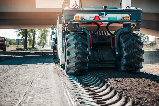Maquinaria de construção de estradas construindo uma rodovia moderna.