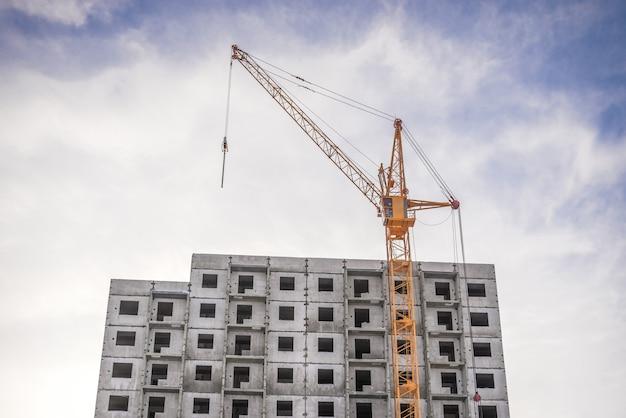 Maquinaria de construção e novo empreendimento residencial