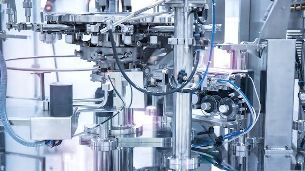 Maquinaria industrial em planta de manufatura ou fábrica, fábrica inteligente ou conceito futurista.