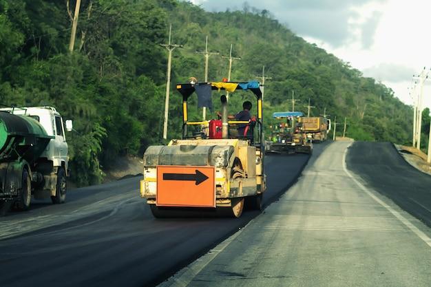 Maquinários de construção de estradas trabalhadores de manutenção de estradas com sinais indicando desvio indireto