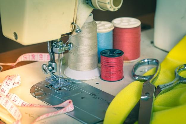 Máquinas de costura, medidores de linha, tesouras e medidores de estilo vintage