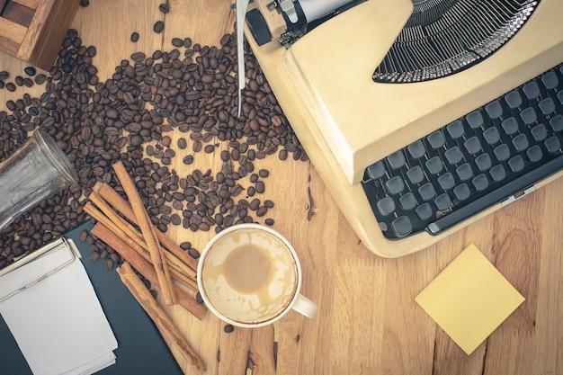 Máquinas de escrever vintage e papel de nota na mesa de madeira.