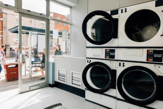 Máquinas de lavar em uma lavanderia