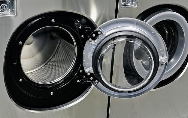 Máquinas de lavar industriais em uma lavanderia pública