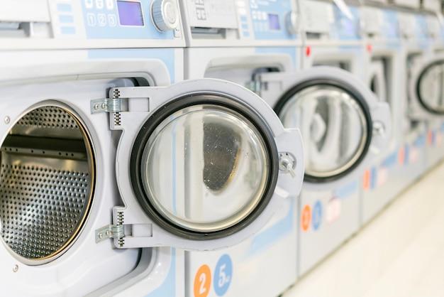 Máquinas de lavar limpas com portas abertas