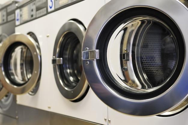 Máquinas de lavar roupa na lavanderia