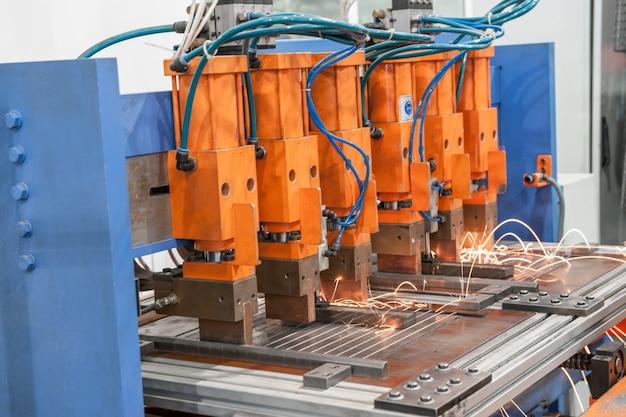 Máquinas de soldagem industrial na oficina, em processo de trabalho e movimentação