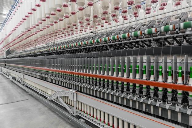 Máquinas e equipamentos na oficina para a produção de fios na fábrica têxtil industrial