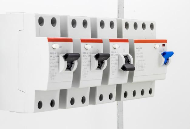 Máquinas elétricas, interruptores, isolados no branco, fechar