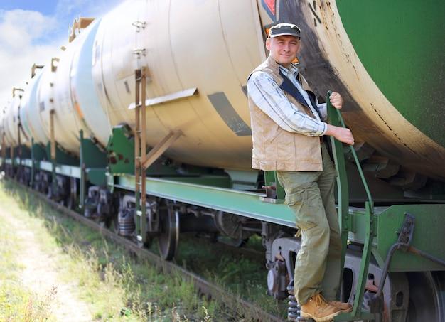 Maquinista de trem ao ar livre