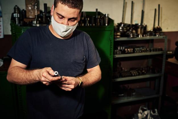 Maquinista profissional: homem que opera a máquina de moagem de torno