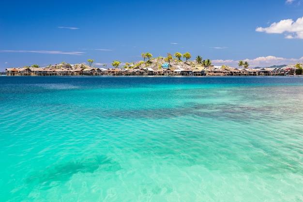 Mar azul à luz do dia, vila de pescadores nas ilhas togian, sulawesi indonésia